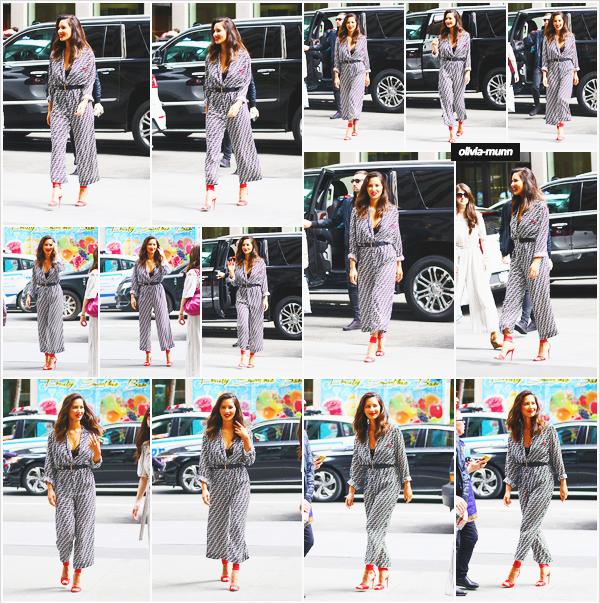 .• 23.05.2018 • — Olivia a été photographiée quittant les studios de ‹ Good Morning America › dans la ville de New-York C'est dans une combinaison Fendi qu'Olivia était présente sur le plateau télé de GMA. J'ai hâte de voir l'émission. Sinon je lui met un top pour la tenue
