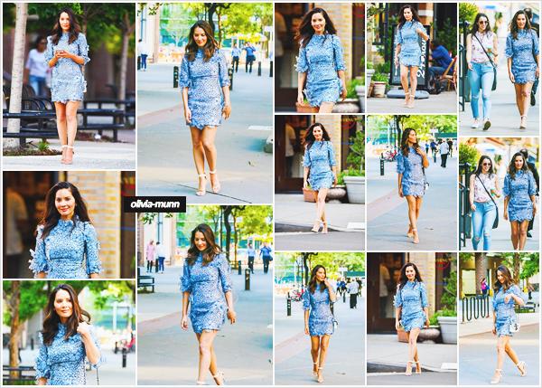 .• 23.05.2018 • — Olivia M. a été vue en début de soirée se rendant dîner avec une amie dans les rues de New-York Olivia est très jolie dans cette robe a fleurs, j'aime beaucoup ! Cela fait re-sortir son bronzage et ses jolies jambes. Je lui met un top pour cette sortie