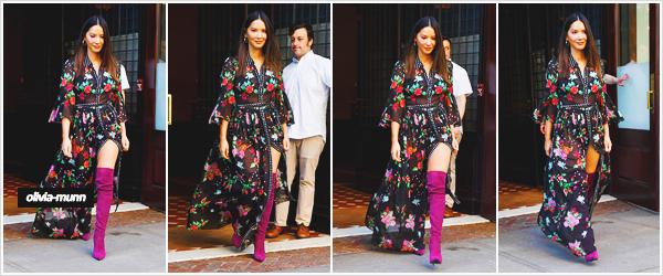 .• 24.05.2018 • — Tôt le matin, Olivia a été vue seule, quittant son hôtel le Greenwich Hotel dans un quartier de N-Y Olivia est en pleine promotion de sa nouvelle série SIX disponible le 28 mai sur HBO. C'est un top la tenue j'adore cette robe avec les bottes !