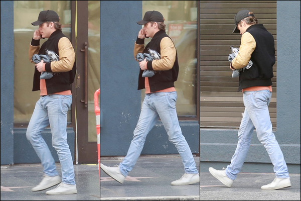 01/02/2019 : Chris Pine téléphone à la main était de sortie à Hollywood un quartier de Los Angeles