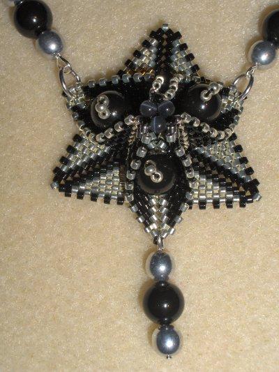 Collier trillium noir et argent : la classe !