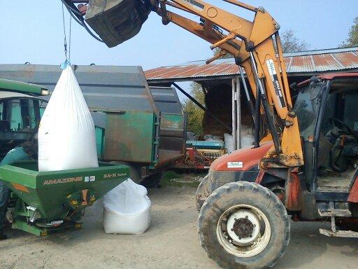 Le new holland a remplir l'épandeur  a angrais