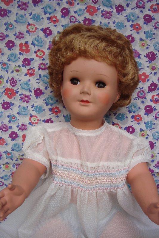 """Aux """"Petits Riens"""" de Bruxelles, on trouve parfois un petit rien de chez nous, comme cette poupée Unica...!"""