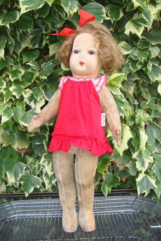 à défaut de vêtements d'origine, je lui ai mis une petite robe Käthe Kruse..