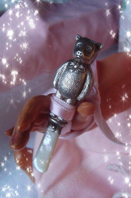 Il brille de mille feux, ce petit ours, il émet un joli son de grelot...., et il rassure mon bébé Cadum....