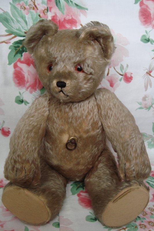 Mon ours très spécial...: SCHUCO YES-NO....: il bouge la tête de gauche à droite ou de haut en bas quand on bouge la queue de gauche à droite ou de haut en bas, d'où son nom ! Il tient debout et mesure 46 cm!