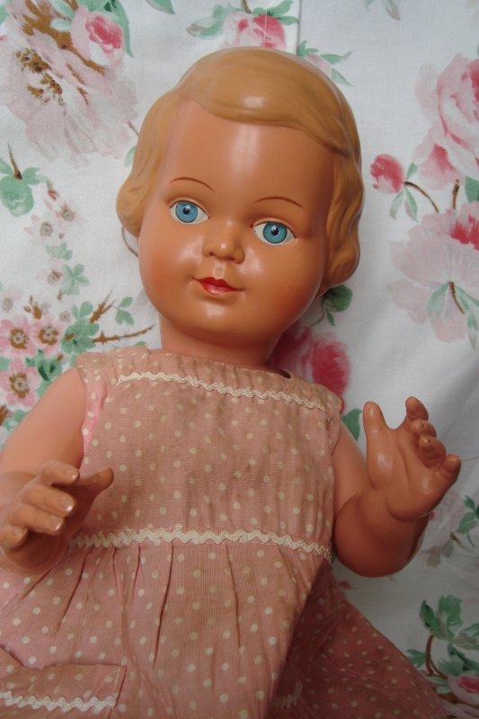 Mon autre trouvaille de la semaine: poupée allemande en celluloïd de marque Storch, estampillée dans le cou et le haut du dos du sigle caractéristique de la marque: un bébé sur le dos d'une cigogne dans un S. Elle mesure 56cm !