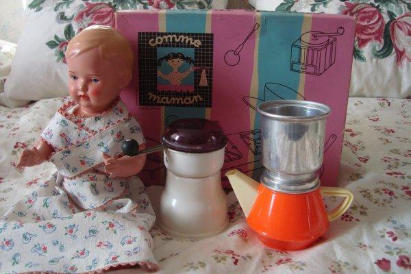 """J'ai également déniché ce set """" Comme maman"""", que je trouve adorable, mais dommage qu'il manque le couvercle de la cafetière.... Il y a même un petit piston métallique à l'intérieur du filtre pour bien tasser le café, préalablement moulu dans le super moulin...!"""