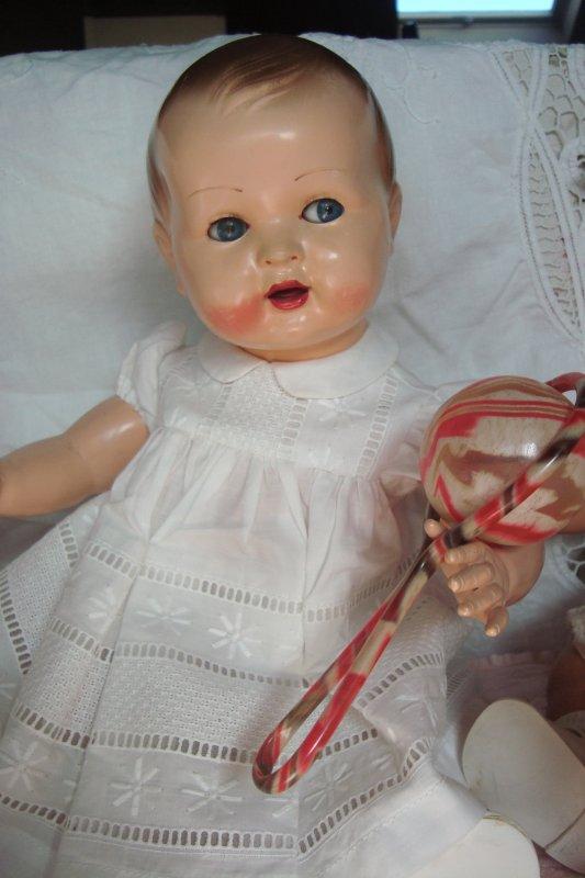 Une petite soeur est arrivée: mes petites Dominique et Dominique n'en reviennent pas .... Elles la trouvent adorable et l'ont prénommée Emilie .... Notre nouvelle petite est arrivée avec un joli trousseau , et c'est à qui lui fera sa toilette .... ! ou lui prêtera ses jouets ! du pur bonheur dans la maison: un tout grand merci à mon amie qui se reconnaîtra..