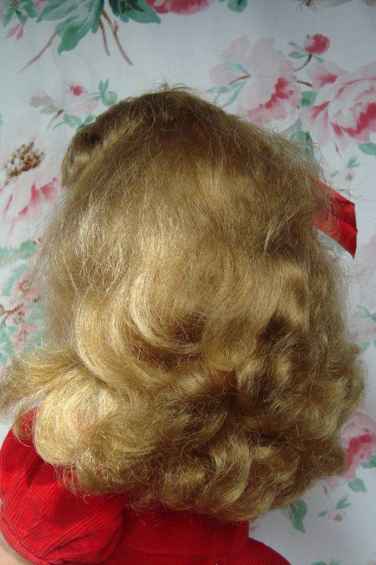 J'ai retrouvé la poupée de mon enfance, couchée sur les pavés du marché aux puces : une poupée toute simple ... fabriquée en Belgique au début des années'60.. C'est une UNICA ! si quelqu'un peut me dire quel est son prénom ? gros bisou à tous et toutes !