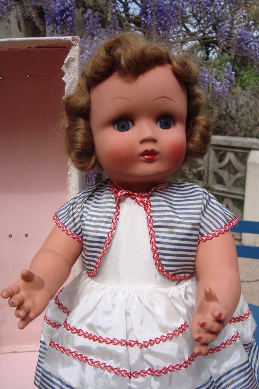 Je reviens avec une poupée Unica : elle flamboyait sous le soleil à la brocante .. Elle n'a pas l'air d'avoir été beaucoup jouée ... Le vendeur m'a dit qu'elle appartenait à des personnes qui l'avaient acquise pour leur future fille..qui s'est avérée être un garçon ... Je pense que c'est une poupée d'après-guerre, mais je ne connais pas sa date de fabrication .. Elle mesure environ 53cm ( 56 avec le chapeau?)