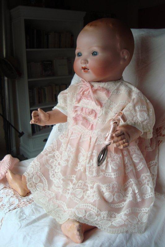 Difficile de prendre de bonnes photos avec le peu de lumière aujourd'hui: voici un grand 'Dream Baby' d'Armand Marseille ....58 cm! marqué 351. 7 1/2 K .... Ce bébé date de 1926 ... pas tout jeune ... Je l'ai habillé en fille...j'espère qu'il ne m'en veut pas ! j'aime son teint de pêche ...