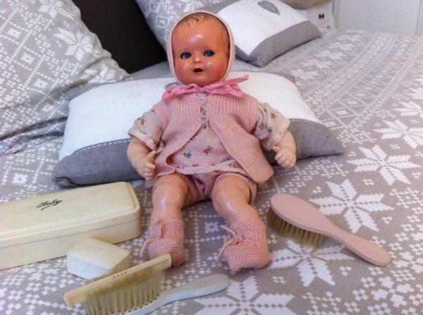 Ce joli bébé, je l'ai trouvé ainsi vêtu ... : c'est adorable, donc je lui laisse ses petits vêtements ....Et avec ça, un ensemble de toilette irrésistible à mes yeux ...