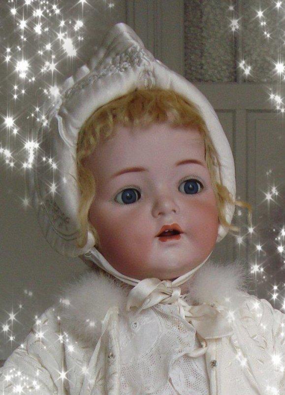 Avec ma poupée préférée, je vous souhaite à toutes et à tous un Joyeux Noël , et d'ores et déjà une année 2021 très heureuse !