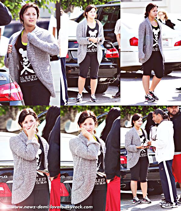 *  Demi  a été aperçu le 18/05 à Los Angeles. Notre chère Demi, a eu quelque petit soucis avec un conducteur, selon une source leurs voitures se sont soi-disant frappée. Quand j'aurais des infos plus claires j'en divulguerais :)                  *