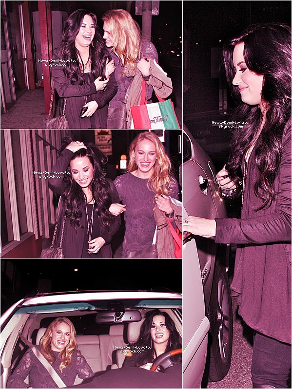 """Demi quitte le restaurant """"Dan Tana's"""",en compagnie de Leven Rambin, à Los Angeles, ce vendredi 4 mars ."""