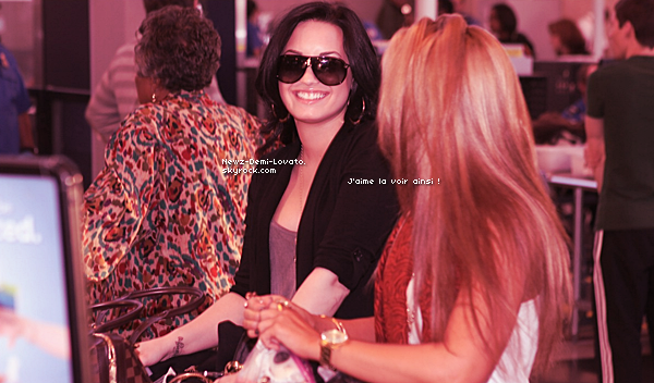 * Demi a été vue à l'aéroport de Los Angeles accompagné de sa soeur Dallas et son beau-père. le 10/03 *