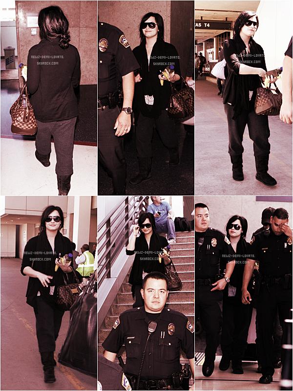 *  Demi été vue à l'aéroport LAX à Los Angeles accompagné des officiers de police  le 01/04 . *
