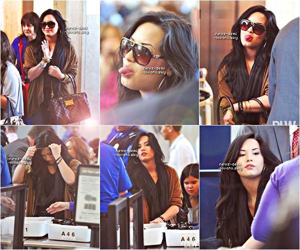 *  Demi a été vue allant à l'aéroport de Los Angeles le 15/04.  *