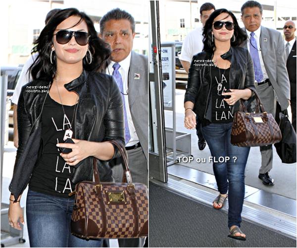 * Demi a été vue arrivant à l'aéroport LAX à Los Angeles le 23/04.  *