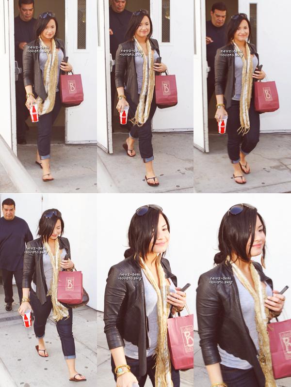 *  Demi et ainsi que son beau-père ont été vue arrivant à Los Angeles le 28/04. *