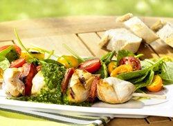 Brochette de poulet au pesto et salade de tomate