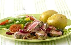 Côte à l'os au barbecue et sauce à l'oignon rouge