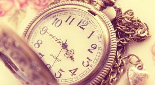 """""""L'avenir nous tourmente, le passé nous retient, c'est pour ça que le présent nous échappe."""""""