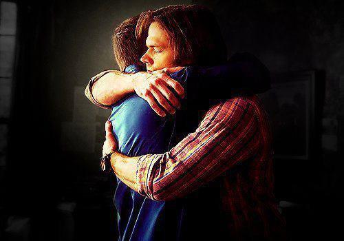 Le grand frère qui protège le plus petit.