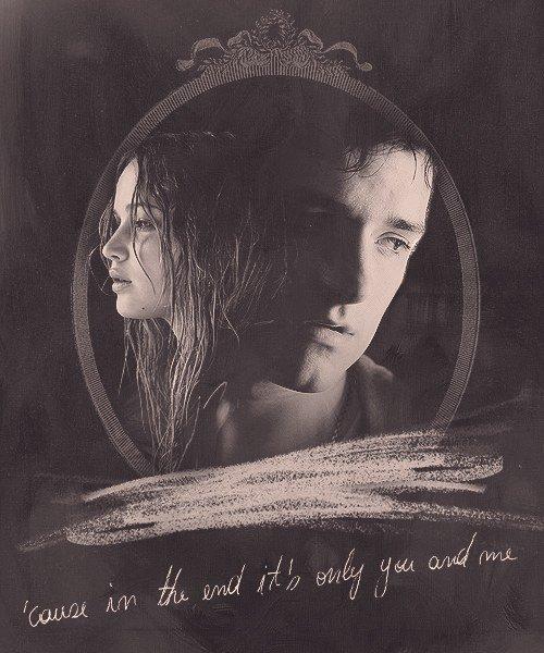 Quand je regarde dans tes yeux, je réalise que personne sur cette planète ne pourrait me rendre plus heureuse. Car à la fin, ils ne reste que toi et moi.