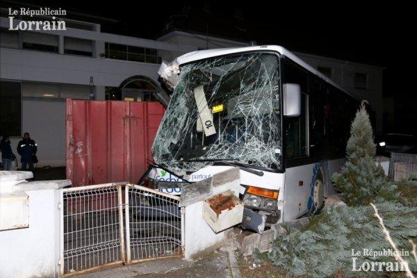 un bus accroche une benne et finit dans un muret