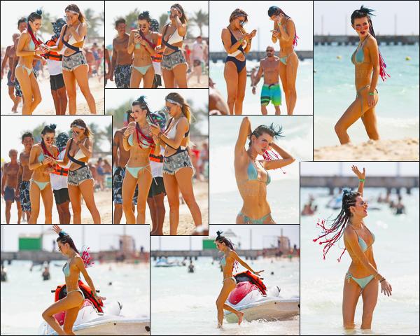 - 16/02/17 : Miss Bella Thorne a été vue en bikini sur une sublime plage de la ville de Cancùn, au Mexique !Bella a vraiment l'air de bien s'amuser, c'est cool ! Je n'ai pas d'avis particulier sur ses tresses, ni pour son maillot, donc je passe ! • Top or Flop ? -