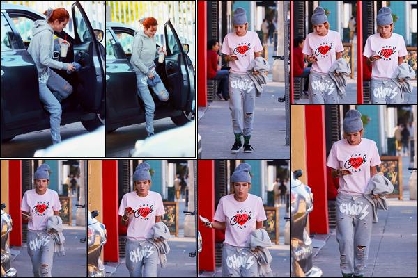 - 27/12/16 : Bella Thorne a été aperçue se rendant à un salon de bronzage de la jolie ville de Los Angeles.C'est bizarre, mais j'aime ce look. Je trouve que notre miss Thorne crée une atmosphère un peu grunge qui n'est pas négligeable.. • Top or Flop ? -
