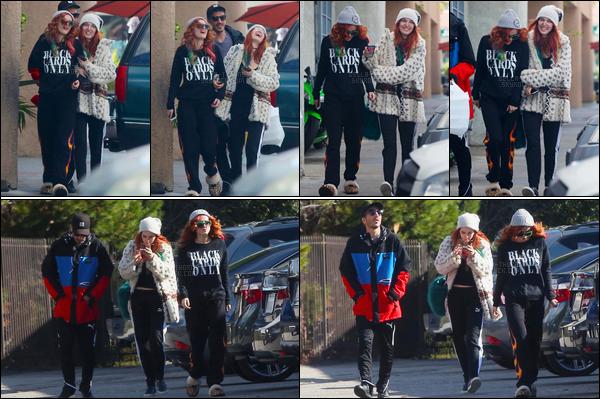 - 24/12/16 : Bella a été photographiée dans une rue de Los Angeles en compagnie de sa s½ur et d'un ami.Je n'aime pas trop la tenue de notre Bella, un peu trop fade à mon goût. Elle nous avait habitué à largement mieux par le passé... • Top or Flop ? -
