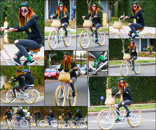 - 27/11/16 : C'est en bicyclette que notre Bella a été aperçue dans les rues de Sheman Oaks, en Californie.J'aime beaucoup ce coté urbain ! Je trouve que miss Thorne est plutôt diverses dans ses styles vestimentaires, et c'est plutôt cool ! • Top or Flop ? -