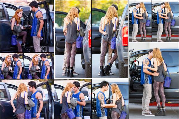 - 03/11/16 : Bella a été aperçue en compagnie de son boyfriend Tyler Posey dans une rue de Los Angeles.Nos deux amoureux ont effectivement été repérés à Encino (quartier de L.A) s'embrassant et s'enlaçant tendrement, trop mignon ! • Top or Flop ? -