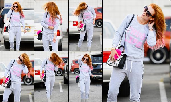 - ..18/06/16.. - Notre magnifique Bella a été photographiée à la sortie d'un salon de coiffure de Beverly Hills.Notre jolie rousse ne l'est donc plus tant puisqu'elle s'est fait visiblement faire quelques mèches roses qui lui vont très très bien... Qu'en pensez-vous ? -