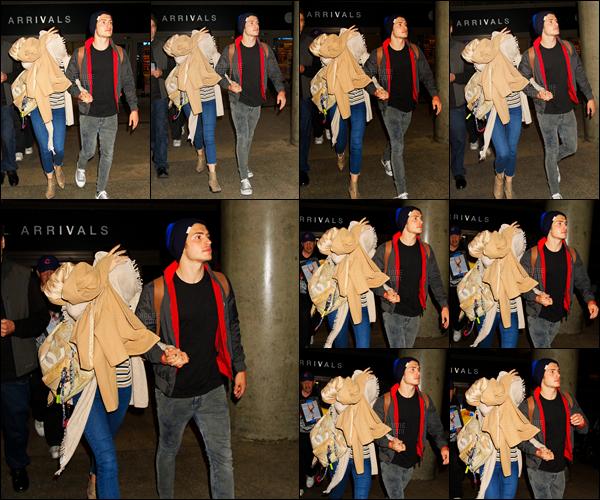 - 03/06/16 : Bella.T et son boyfriend Gregg Sulkin ont été vus quittant l'aéroport «LAX» de Los Angeles !Notre petit couple favoris a donc été aperçu se tenant la main, trop mignon. Dommage que miss Thorne se cache des paparazzis. • Top or Flop ? -