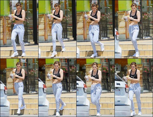 - ..30/05/16.. - Notre jolie Bella a été photographiée, smoothies à la main, sortant d'un café dans Studio City.Tenue casual pour notre sublime Bella Thorne qui affiche un magnifique corps à en faire pâlir toutes les fitness-girls, bref, une bombe à l'état pur... -