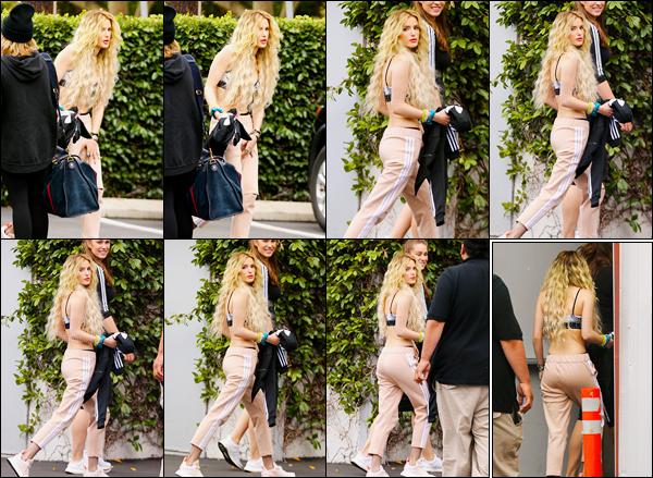 - 10/05/17 : Notre jolie miss Bella Thorne a été photographiée se rendant dans un studio de Los Angeles !C'est avec une masse de cheveux limite gaufrés que notre belle actrice favorite a continué sa campagne publicitaire avec SIX:02... • Top or Flop ? -