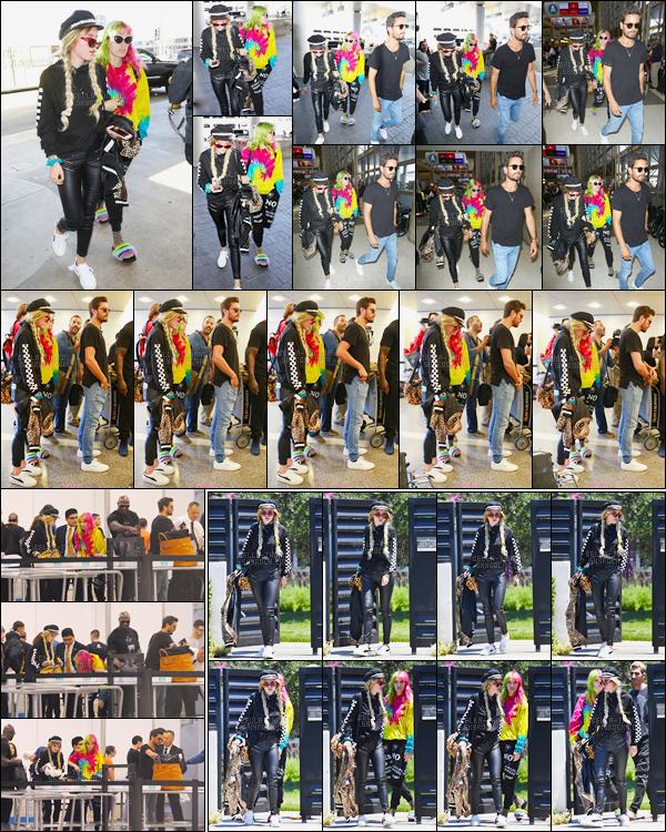 - 22/05/17 : Bella.T a été vue arrivant à l'aéroport international «LAX», avec sa s½ur Dani et Scott Disick.Plus tôt, les deux jolies Thorne ont été photographiées quittant leur domicile à Los Angeles, sans doute pour rejoindre l'aéroport... • Top or Flop ? -