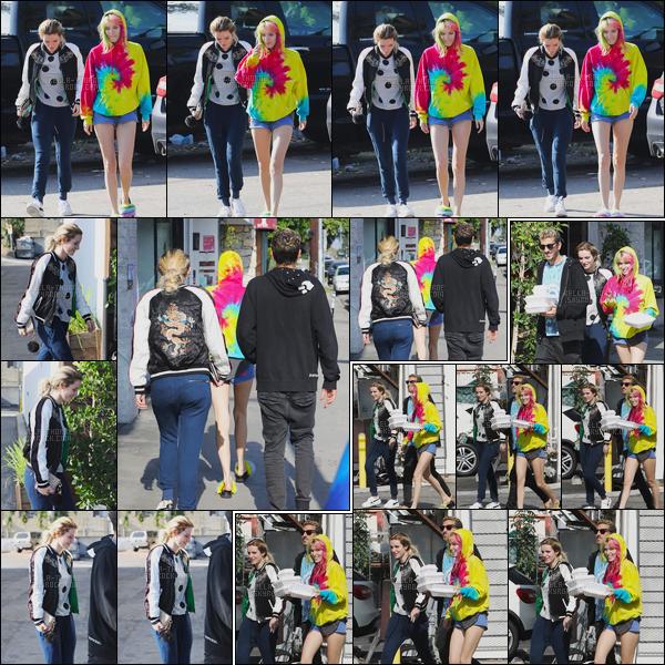 - 27/05/17 : La jolie Bella Thorne a été aperçue allant chercher son déjeuner dans la ville de Los Angeles !De retour de Cannes, notre blondinette a été aperçue avec sa s½ur Dani et le boyfriend de celle-ci. Coté tenue, c'est assez plat... • Top or Flop ? -
