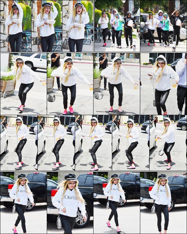 - ..06/06/17.. ─ Notre pétillante Bella a été photographiée par les paparazzis, s'amusant dans les rues de Los Angeles !Elle était, comme d'habitude, accompagnée de sa soeur Dani et du boyfriend de cette dernière... Perso, j'adore son look, et vous ? • Top or Flop ? -