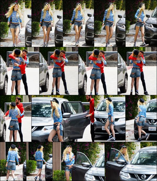 - ..11/06/17.. ─ Bella Thorne a été vue embrassant un ami et collaborateur professionnel dans une rue de Los Angeles.Je ne sais pas qui est cette personne mais je sais qu'il travaille sur l'album de Bella grâce au compte Snapchat de cette dernière... • Top or Flop ? -