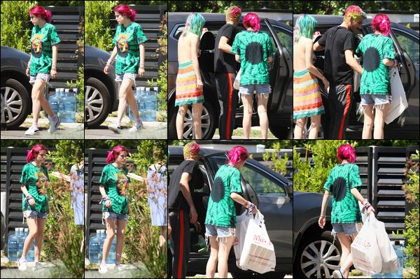 """- ..25/06/17.. ─ Bella Thorne a été repérée devant son domicile de Sherman Oaks, avec sa s½ur et son beau-frère.C'est en tenue de """"je traîne chez moi tranquille c'est dimanche me fait pas chier"""" que Bella a donc été photographiée en famille. • Top or Flop ? -"""