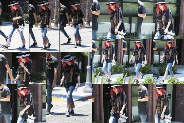 - ..06/07/17.. : Notre chère Bella a été photographiée dans une rue du quartier d'Hollywood coiffée d'un borsalino.Miss Thorne joue beaucoup avec la mode et les différents styles, dommage qu'elle ne connaisse pas les règles. Bref, cette tenue est vraiment à brûler. -