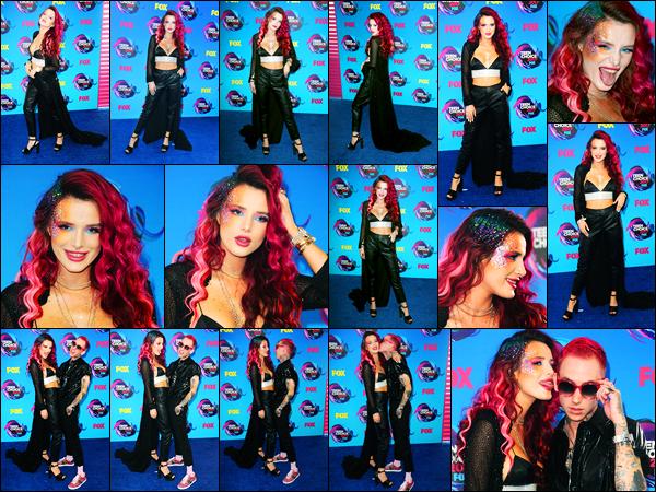 - ..13/08/17.. - Bella Thorne était présente lors de la cérémonie des Teen Choice Awards dans Los Angeles !Notre magnifique miss Thorne a posée avec Blakbear puis a remis un prix à Liza Koshy et Logan Paul. Coté tenue, c'est un jolie top de ma part. Avis ? -