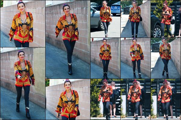 - ..23/08/17.. - Bella Thorne a été photographiée alors qu'elle quittait son domicile étant à Sherman Oaks !Notre magnifique miss Thorne portait la chemise de son papa décédé dans un accident de voiture y a 7 ans. Coté tenue, c'est un jolie top de ma part. -