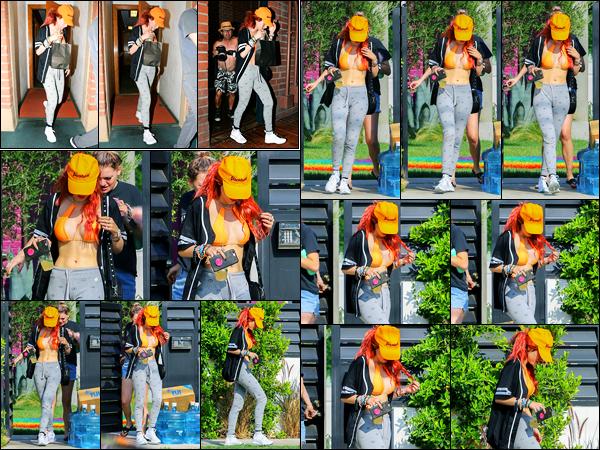 - ..31/08/17.. - Bella Thorne a été photographiée alors qu'elle quittait son domicile, étant à Sherman Oaks !Notre magnifique miss B.Thorne a ensuite été photographiée avec un tout petit sac à la main... Coté tenue, c'est tout décontracté, mais c'est un top ! -