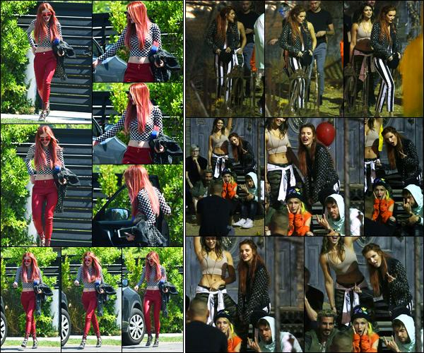 - ..06/09/17.. - Bella Thorne a été photographiée alors qu'elle quittait son domicile, étant à Sherman Oaks !Notre magnifique miss Bella Thorne a ensuite été photographiée devant une maison hantée avec ces amis. Coté tenue, c'est des jolie top de ma part ! -